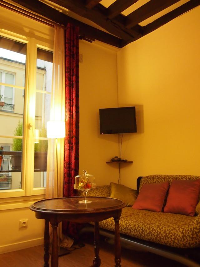 散步巴黎民宿 -- 優質的單人沙發床, 白天靠著大扇窗, 喝咖啡, 閱讀, 談心, 發呆...