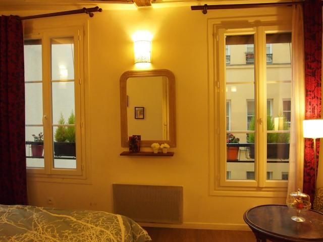 散步巴黎民宿--- 兩大扇窗台花圃, 青柏點綴著公寓, 也讓起居更有隱私