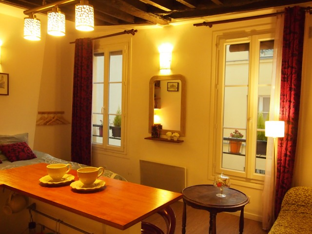 散步巴黎民宿的廚房吧台, 在這裡吃早餐, 品紅酒, 都有最棒的氣氛