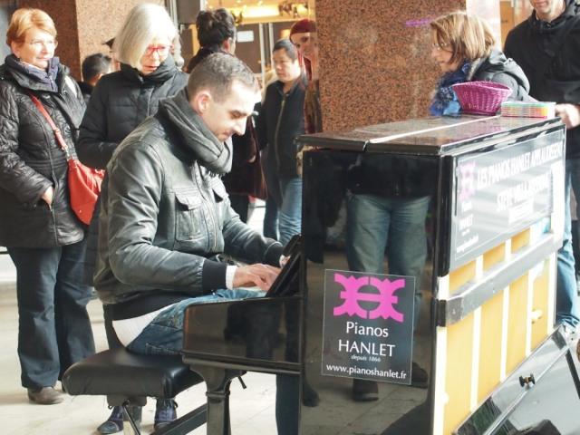 散步巴黎民宿 v.s.拉法業百貨外隨性演奏的鋼琴音樂家