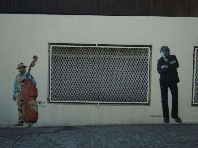 在巴黎村的街角遇見街頭藝術家