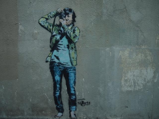 散步巴黎民宿 & 看過一個報導, 這些街頭藝術家大部份都是半夜凌晨出來作畫的
