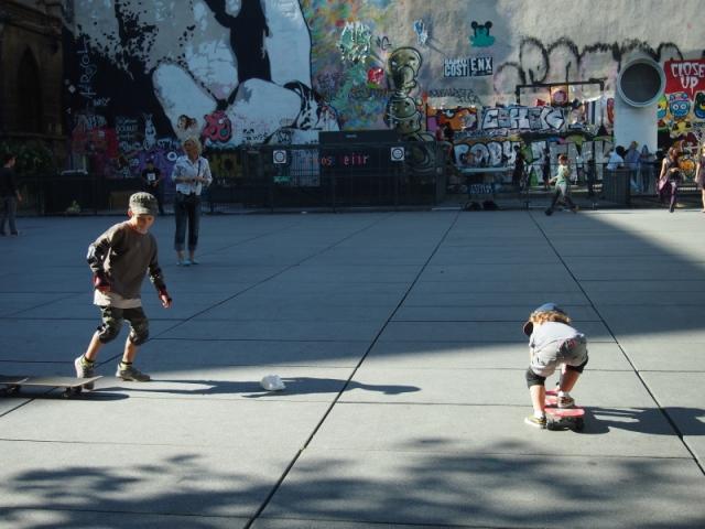 散步巴黎民宿 & 廣場上嘻戲的孩子