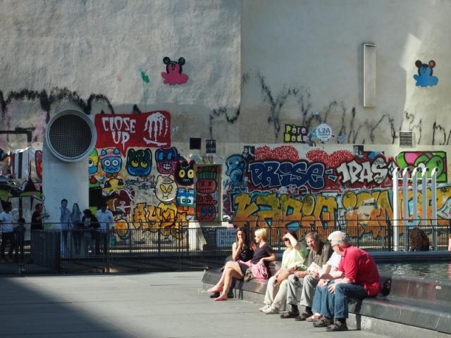 散步巴黎民宿 & La fontaine stravinsky 遊客與塗鴉牆