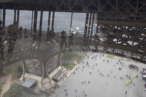 散步巴黎民宿 § 愛菲爾鐵塔第一層透明玻璃層