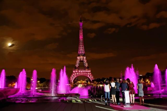 散步巴黎民宿 § 亮粉紅色燈的愛菲爾鐵塔