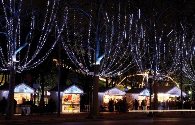 散步巴黎民宿§ 燈河下的聖誕村