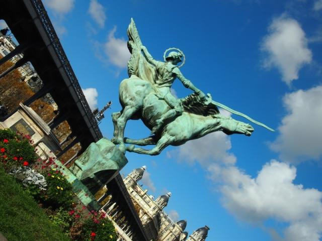 散步巴黎民宿  § Pont Bir-hakeim 雕塑