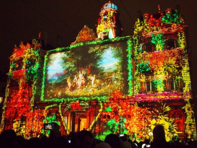 散步巴黎民宿-- 燈影音投射在Place des  terreaux 的古蹟建築