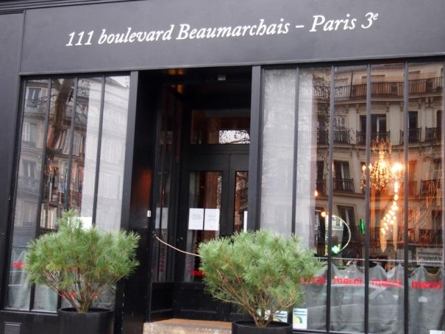 大樓入口前面右邊的咖啡餐廳§ 散步巴黎民宿
