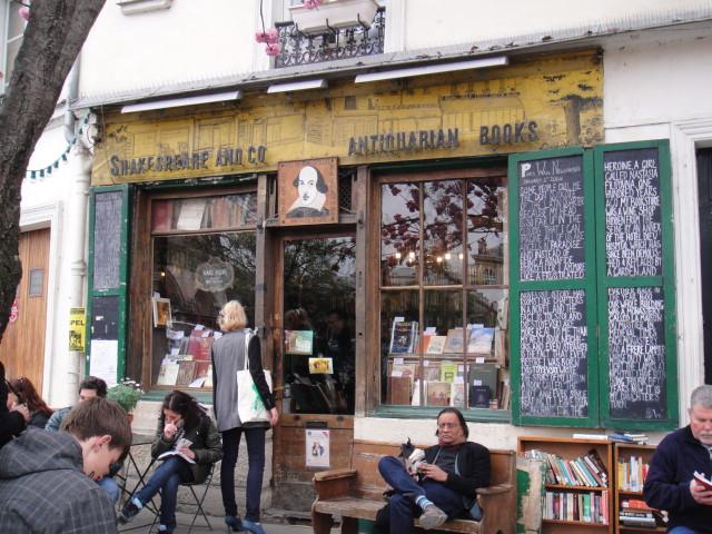 Shakspear 沙市比亞書店門口總是聚集許多愛書人