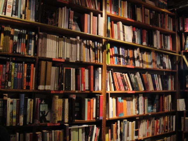 整間書店佈滿了書牆