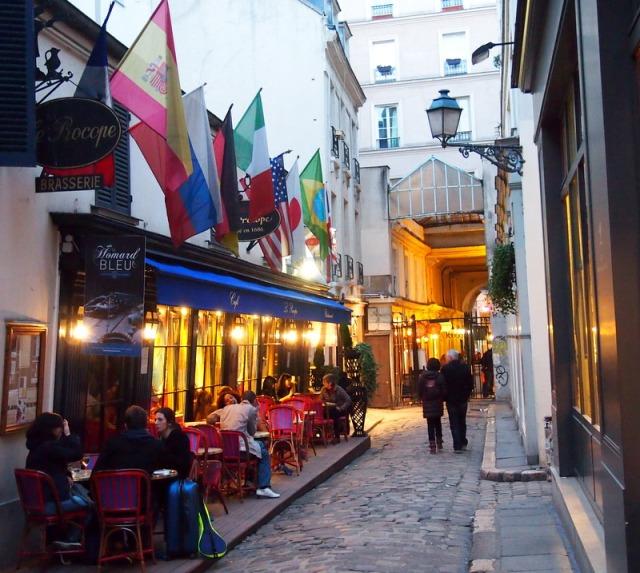 長廊裡有多間古老的咖扉館 § 散步巴黎