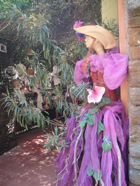 小店門口的花模特兒