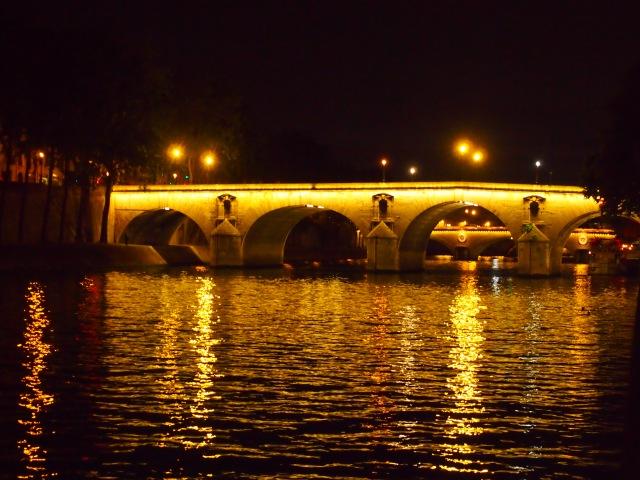 昏黃的燈光印在塞納河上, 彷彿一幅莫內的畫