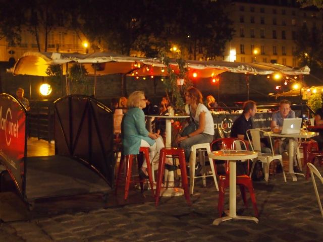 夜晚散步巴黎的塞納河
