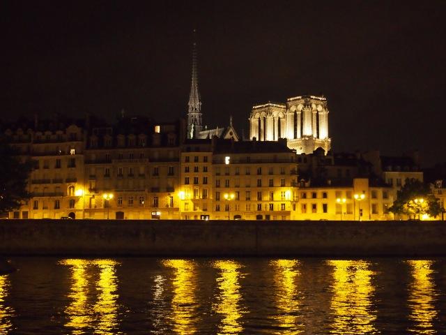 塞納河盼看聖母院St. Michel 的古典
