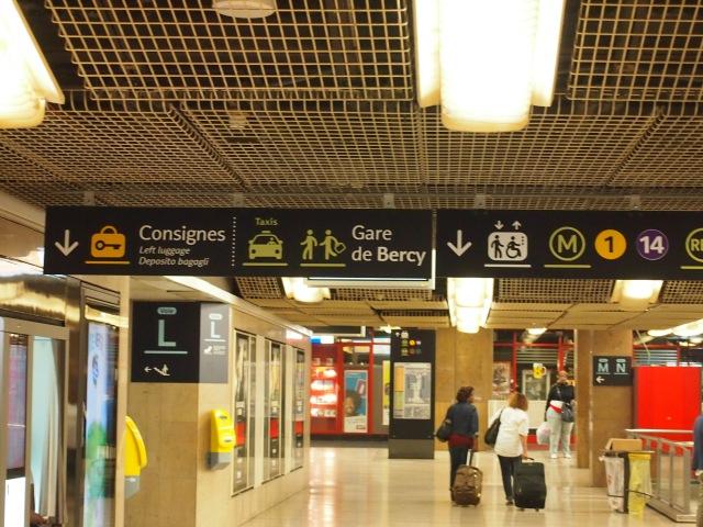 在火車站裡, 找consignes的指標跟著走
